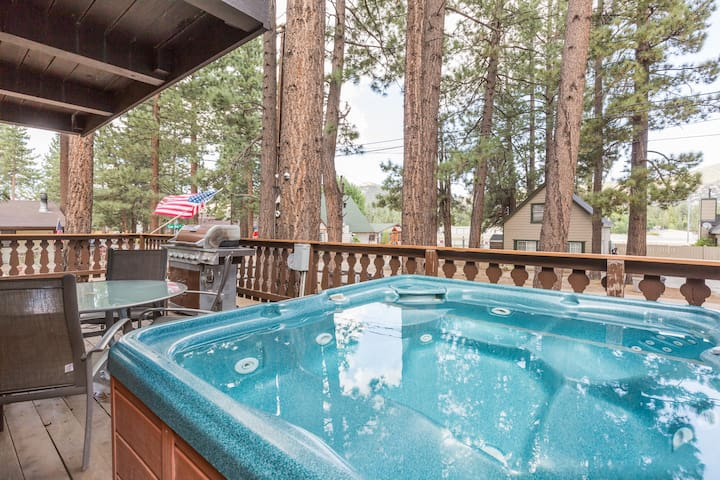 Pilots Chalet cabin in Big Bear Lake with Hot Tub!