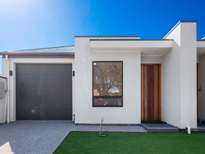 House in Collinswood 3 Bedrooms. Sleeps 11