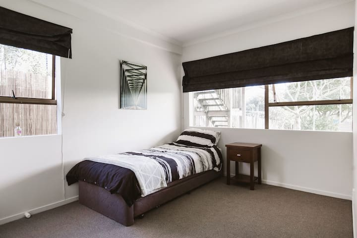 Roomy bedroom with nice garden outlook. - Auckland - Lägenhet