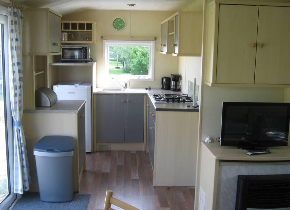 Complete kleine keuken. Oventje, koffiezetapparaat, waterkoker, inventaris.