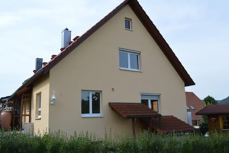Grosses Zimmer mit Balkon - Wurmlingen - Casa