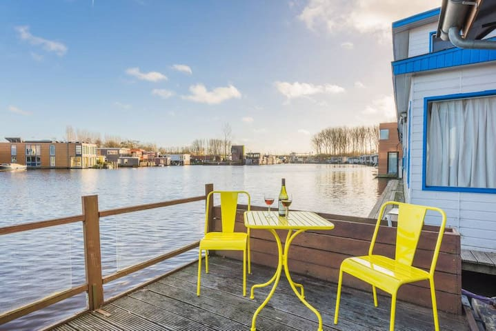 Houseboat studio with canal view and bikes