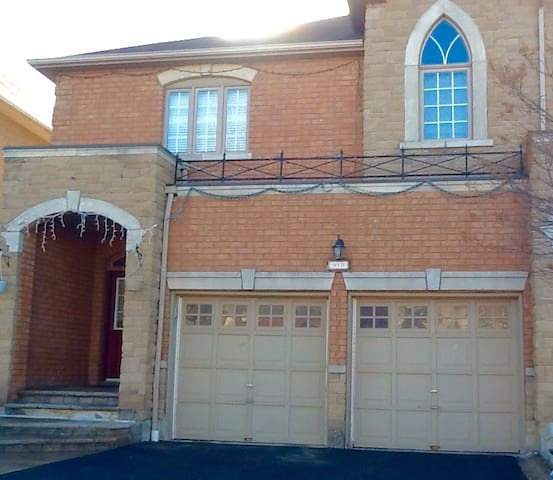 Bright, modern, family-friendly upgraded home - Mississauga - Dům