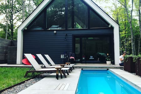 Modern Upstate cabin + hot pool near Rhinebeck NY.