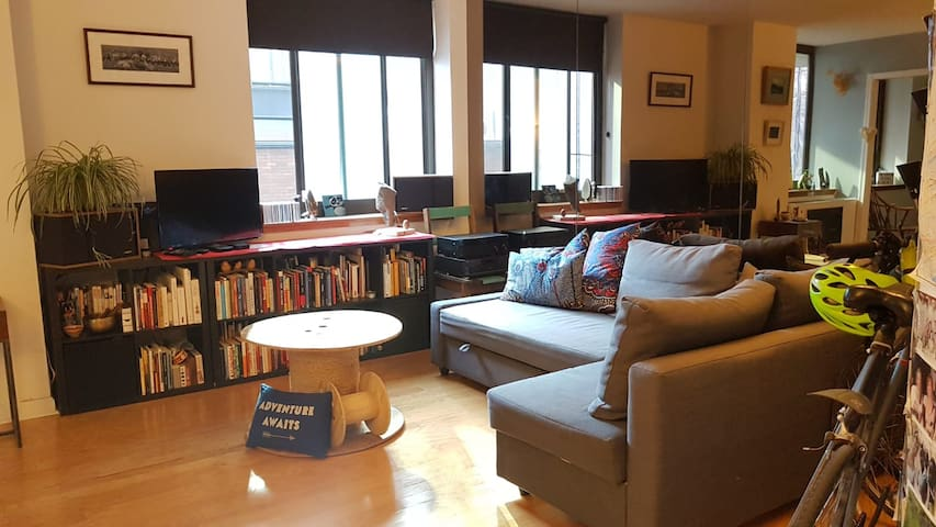 Private Room in a large 2BD apartment in midtown