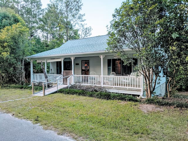 Restful Lakeside Getaway Cottage- Pets allowed