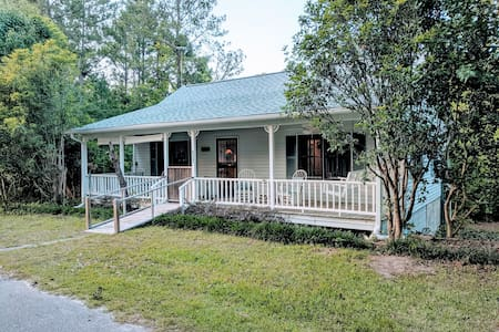 Restful Lakeside Getaway Cottage - Pets allowed