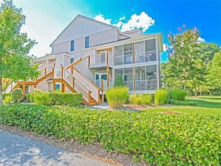Sea Colony Tennis 1st-floor condo w/ screened porch, shared pool & basketball