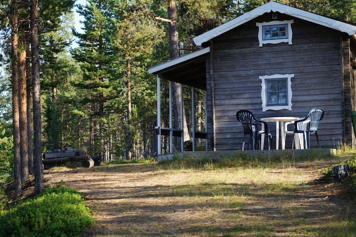 Small wooden cottage located in an area with three lakes, just 20m from the lake