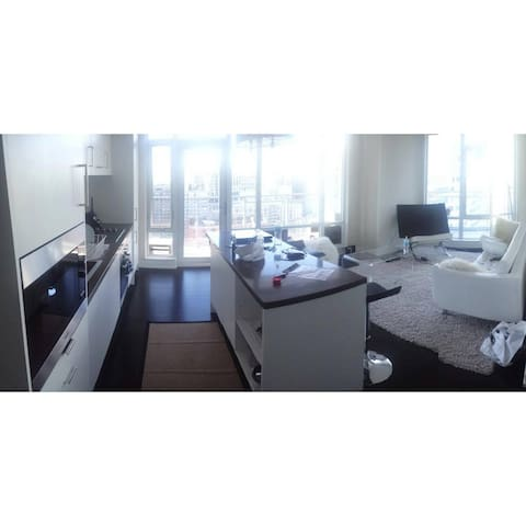 Downtown Toronto Condo w/ CN Tower Views & Parking - Toronto - Wohnung
