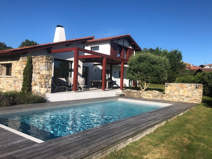 Maison basque contemporaine , piscine et fronton