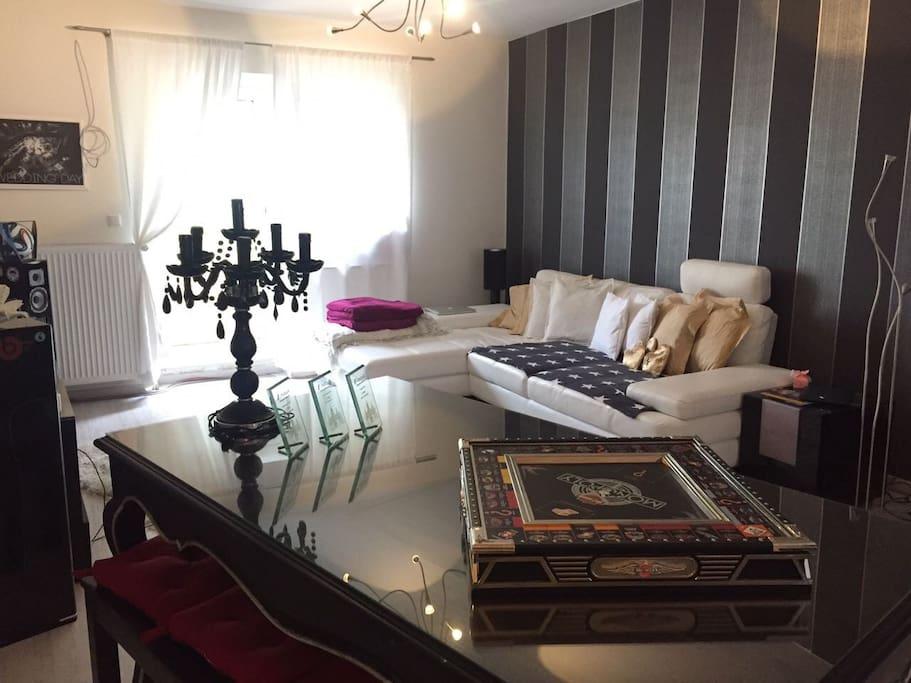 Offenes Wohnzimmer, verbindet sich mit Küche und Flur