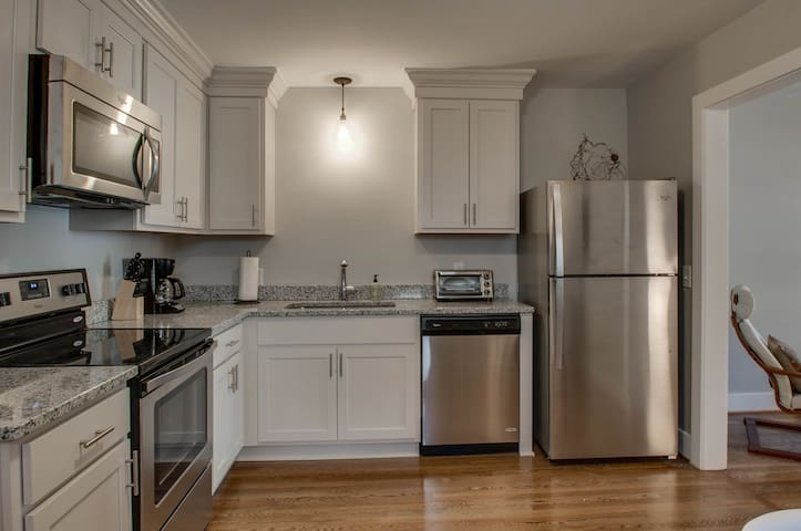 1 Bedroom in the Heart of Music Row!
