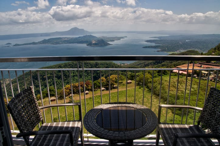 Luxury Tagaytay 'home from home' with Taal views!