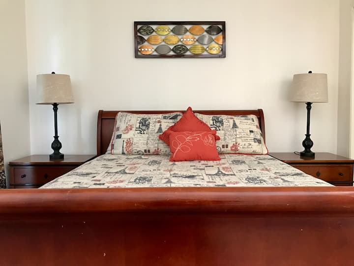 Comfortable private room w/ queen size bed