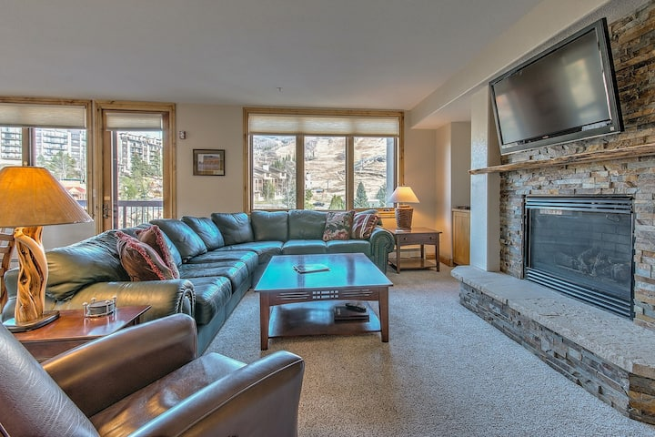 Corner home w/ beautiful decor and spacious layout - near the slopes & trails!