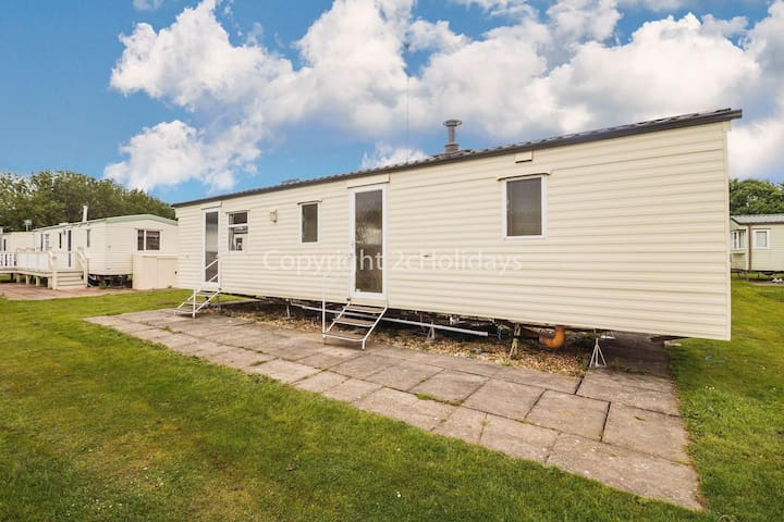 8 berth caravan for hire at Southview Holiday park. 2 night stays ref 33024TC