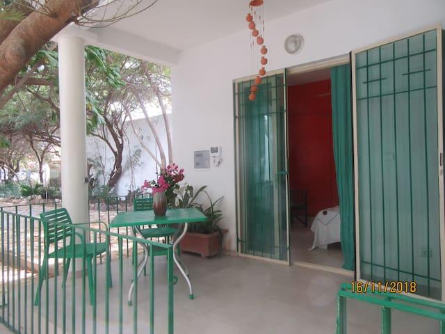 Adorable chambre avec immense jardin aux Almadies