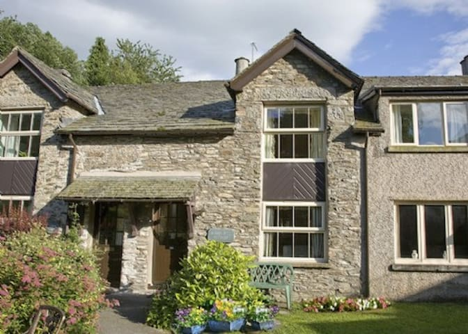 BOBBIN MILL COTTAGE, Crosthwaite, Nr Windermere - Crosthwaite - House
