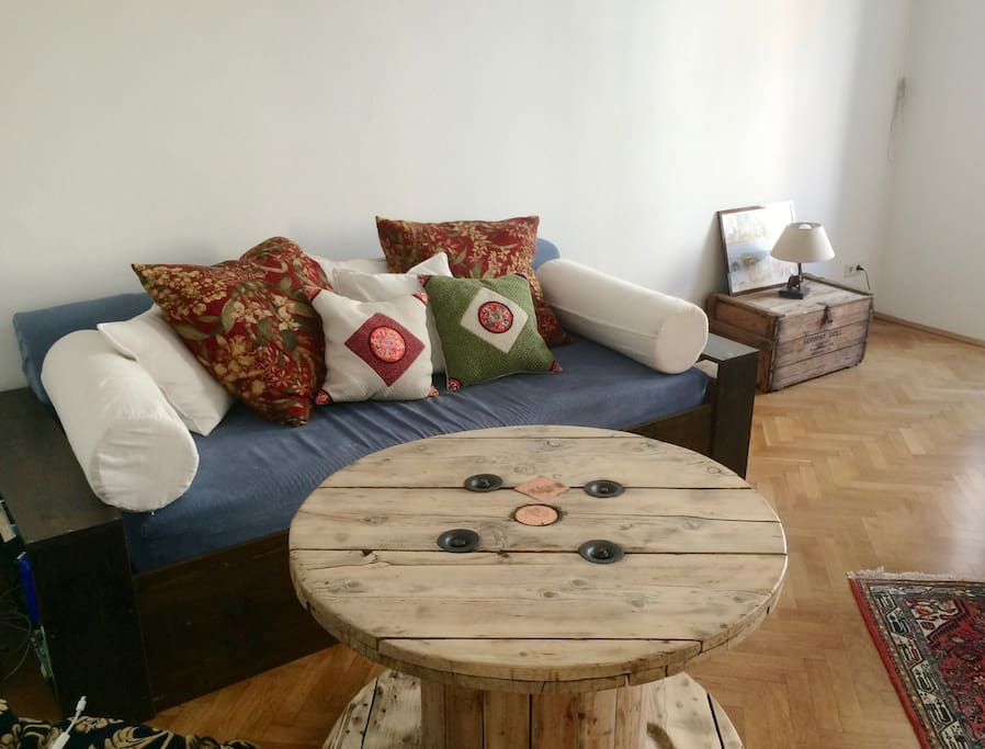 Le couch and table