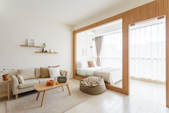 整套房子宽敞明亮,精心挑选的实木家具,乳胶沙发坐感非常好,马歇尔蓝牙音箱音质超棒~