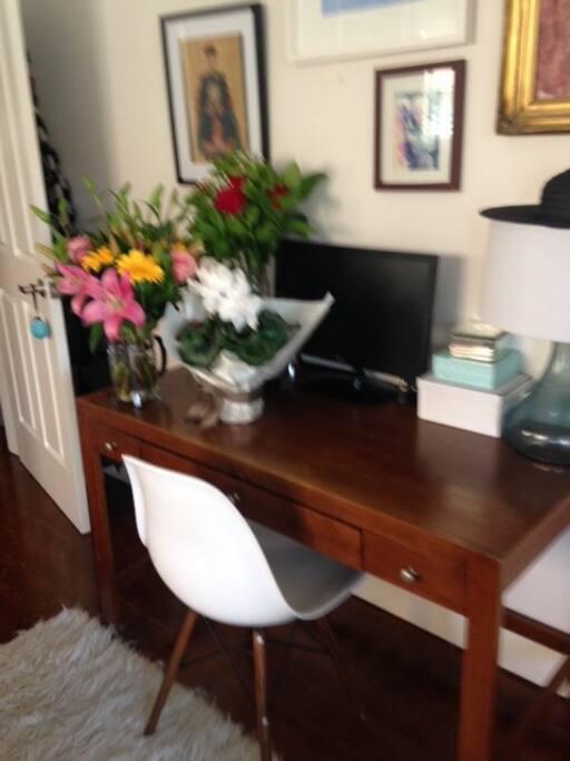 Bed 1 desk