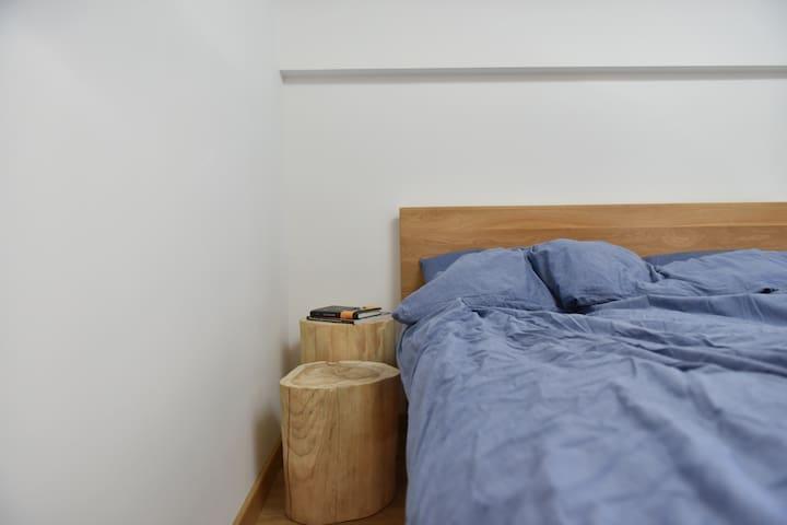 A房间床头