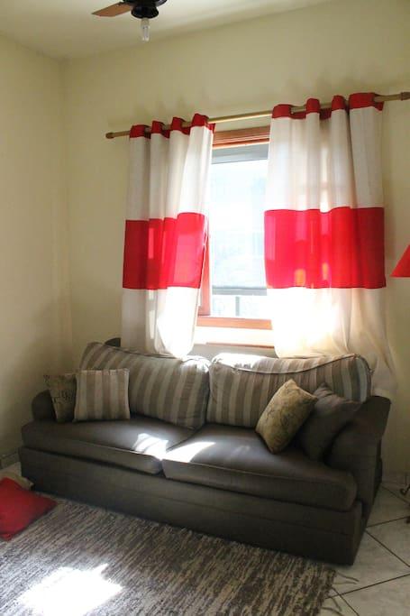 Sala com sofá para 3 pessoa, com televisão de 46 polegadas com NET. Um ótimo lugar para descansar e relaxar.