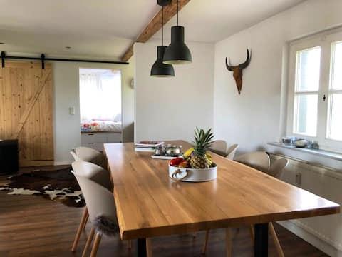 Liebevoll eingerichtete Wohnung mit Rheinblick