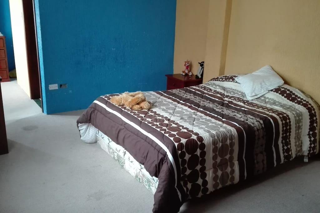 Habitación matrimonial cama de dos plazas