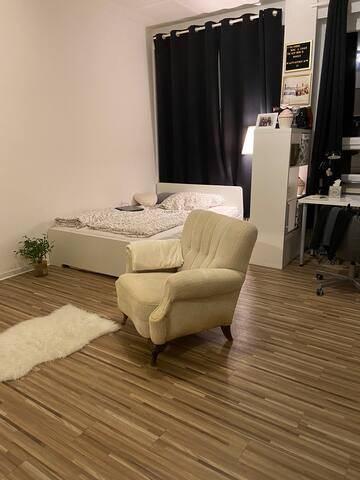 Großzügiges Zimmer in Mädels-WG