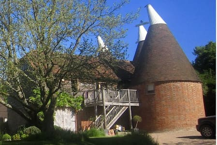 Quirky Rural Retreat - Triple Kiln Oasthouse - Sandhurst