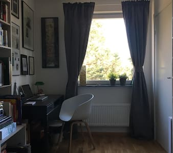 Cosy room 20 min from city - Jakobsberg - アパート
