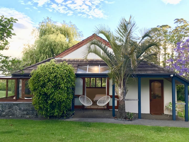 Under the Palm, charming cottage in country garden