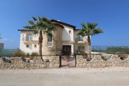 4 bed villa all en-suites, Pool,tennis court, - Alsancak