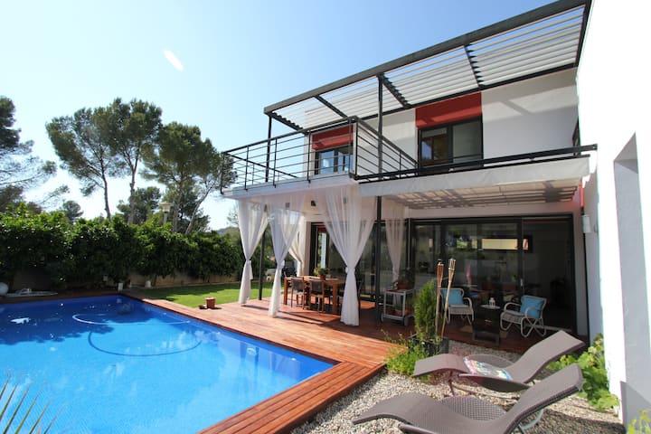 Habitación luminosa+baño privado+piscina Sitges