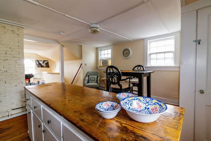Upstairs Loft in the Heart of Historical Newport!