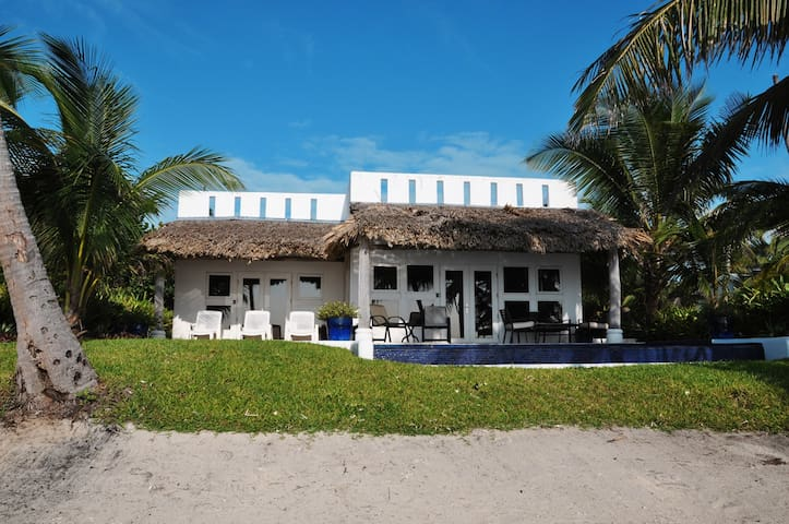 Casa Miradores, luxury beachfront home - San Pedro - Huis