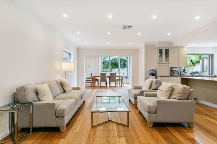 North Bondi Oasis with Swimming Pool & Parking