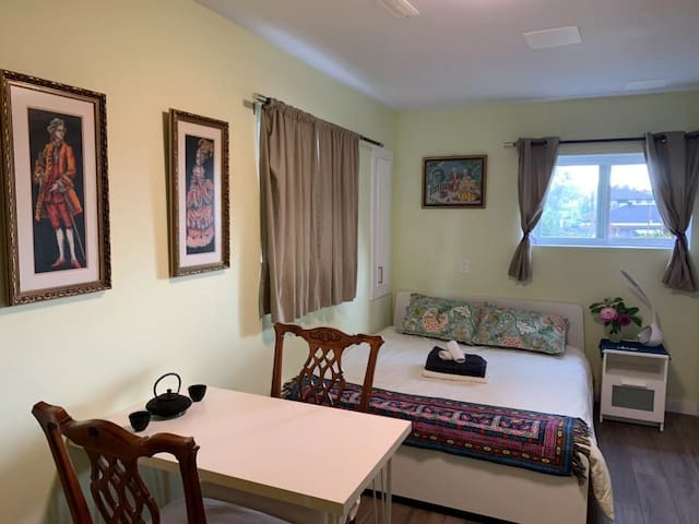 Warm Cozy Bedroom with Private Washroom (Rm#4)