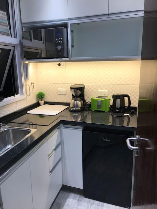 Encontraras una cocina muy moderna donde hay microondas, heladera, Cafetera y tostadora