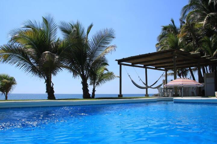 Chalet / Casa en camino a Monterrico / Beach house