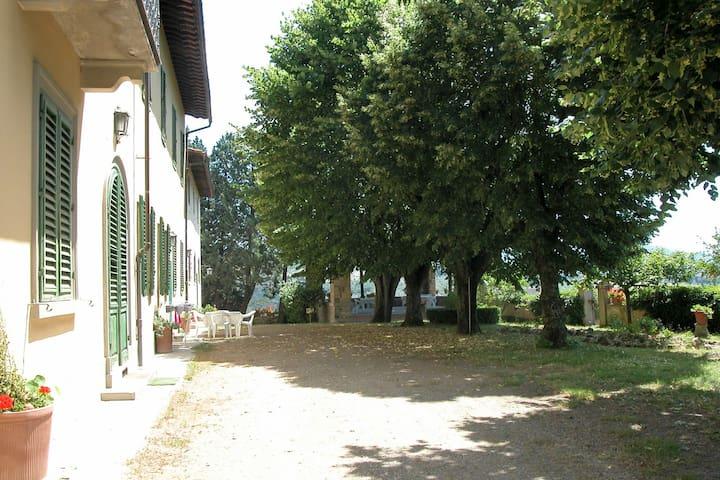 Casa con terrazza privata al primo piano di una villa toscana vicino Firenze.