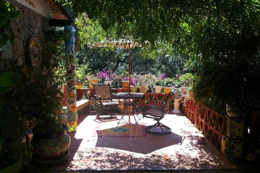 Cálida terraza para disfrutar el colorido y la tranquilidad de un amanecer o un atardecer. Un café de olla o un buen vino son la mejor combinación para horas de charla...