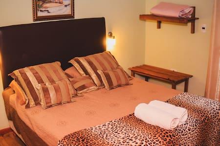 Habitación principal con cama matrimonial