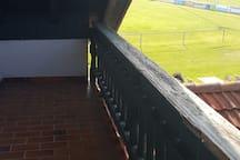 Balkon mit Blick auf den Spielplatz