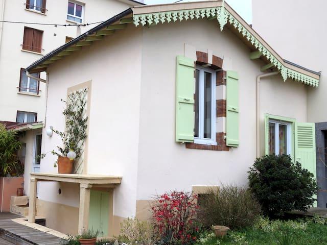Une charmante petite maison - Clermont-Ferrand - Casa