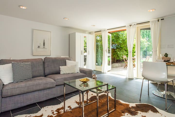 Strathcona Garden Level One Bedroom Suite - Vancouver - House