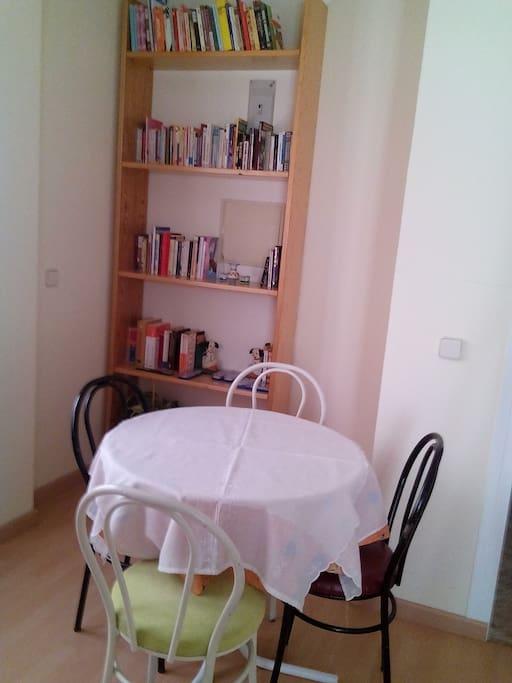zona comedor y lectura.