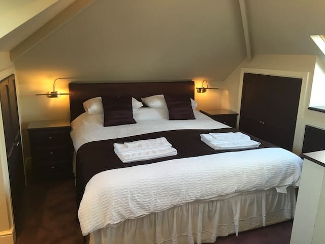 Cosy Family Double En Suite Bedroom, Knutsford